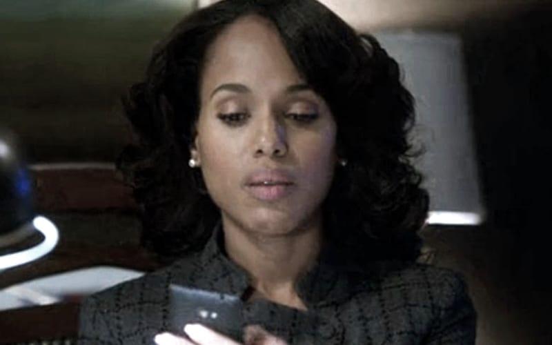 kerry-washington-on-her-phone